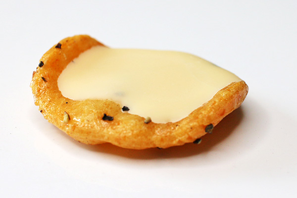 ブラックペッパーカマンベールチーズあられ